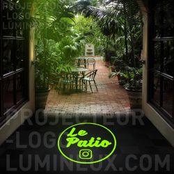 Projection logo lumineux restaurant au sol