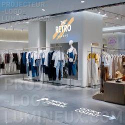 Projection flèche et logo lumineux sur mur et sol pour magasin