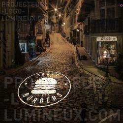 Projecteur logo lumineux restaurant rue trottoir