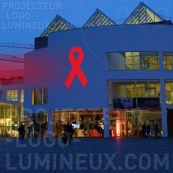 Projection ruban lumineux rouge en extérieur sur bâtiment pour sensibilisation sidaction